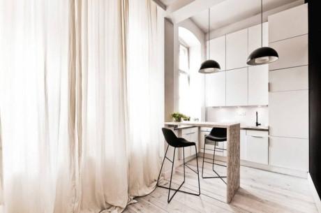 Chiếc bàn ăn nhỏ cùng những chiếc ghế cách điệu nơi gian bếp tạo không gian vô cùng sang trọng.