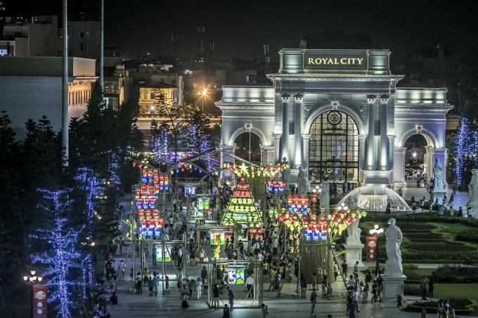 Trung thu 2015, con đường đèn lồng tại Royal City cũng tạo nên dấu ấn với kỷ lục Con đường đèn lồng dài nhất Việt Nam.