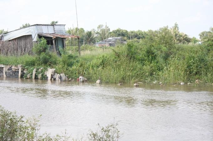 Công trình bờ kè vừa làm xong đã sạt lở tại ấp Bờ Xáng, xã Vĩnh Trạch, TP Bạc Liêu do Ban quản lý dự án thành phố làm chủ đầu tư gây nhiều bức xúc và khó khăn đi lại cho bà con trong ấp.