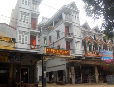 Các ngôi nhà mặt đường án ngữ chợ Kim.