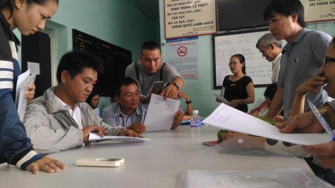 """Các nạn nhân đi khiếu nại vì """"sập bẫy"""" dự án chung cư Gia Phú. (Ảnh chụp tại trụ sở PC46 - Công an TP HCM)."""