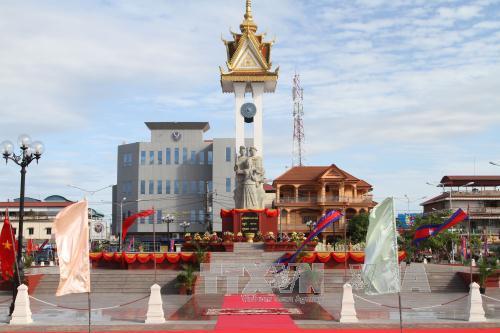 Tượng đài hữu nghị Việt Nam-Campuchia vừa được khánh thành tại tỉnh Kompong Chhnang. Ảnh: Chí Hùng - Chanh Đa (P/v TTXVN tại Campuchia).