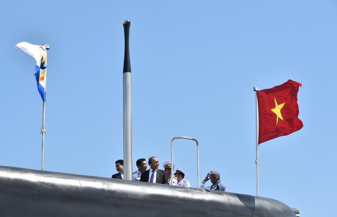 Thủ tướng dự lễ thượng cờ tàu ngầm Kilo.