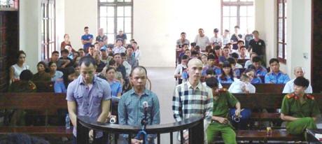 Nghi phạm Trần Anh Thuận mặc áo kẻ vuông trong một lần dự tòa tại TP Bắc Ninh. Ảnh: NBC