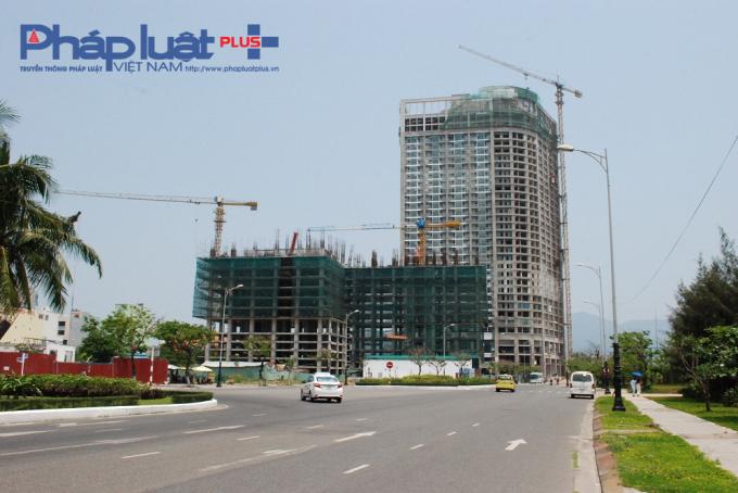 Công trình xây dựng 10 tầng Central Coast (giữa, màu xanh) nằm ngay tuyến đường Võ Nguyên Giáp.