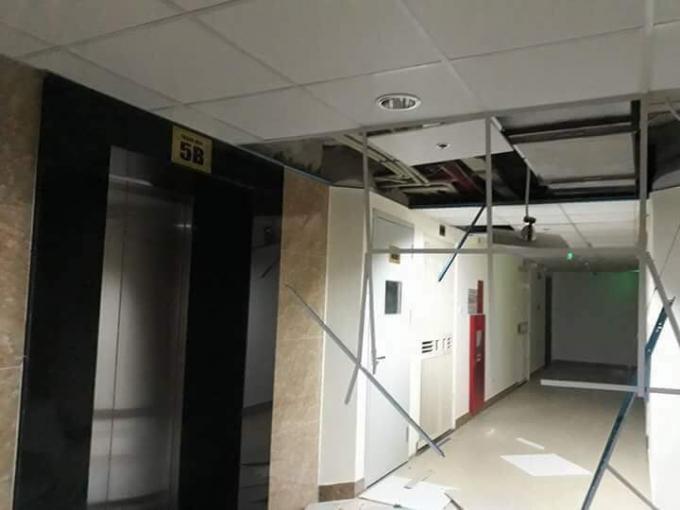 Hiện trường những mảng trần bị rơi xuống tại tòa nhàGemek Tower.