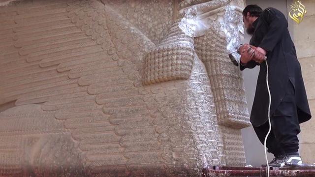 IS phá huỷ các bức tượng ở Bảo tàng Mosul. (Ảnh: AP).
