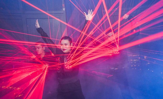 Trong không gian âm nhạc sôi động, không khí dạ tiệc càng thêm bùng nổ với các tiết mục biểu diễn múa cột, múa lụa điêu luyện.