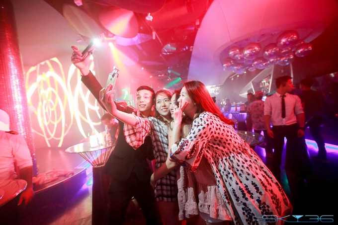 """Du khách đến xem đêm chung kết pháo hoa DIFF tối 24/6 tại SKY36 được gửi tặng vé mời và đồ uống miễn phí để dự """"dạ tiệc trắng""""."""