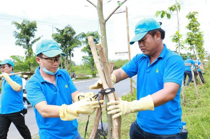 Nhân viên Novaland trồng 100 cây xanh đô thị tại tuyến đường trung tâm Quận Ninh Kiều – Tp.Cần Thơ.