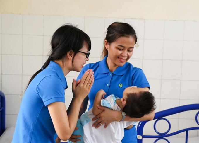 Đại diện tập thể Novaland đến thăm hỏi, chăm sóc các em mồ côi, khuyết tật tại Trung tâm Công tác Xã hội Cần Thơ.