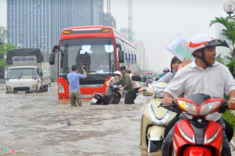 Khu chung cư này nằm trên đường Phạm Hùng gần khu rẽ vào Mễ Trì, là điểm ngập quen thuộc của Thủ đô mỗi khi mùa mưa tới. Ảnh: Zing.