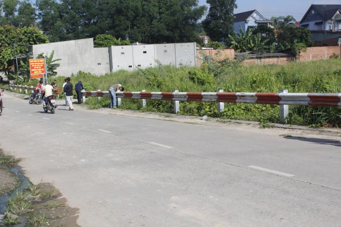 Trường CĐ ANND II dựng rào chắn án ngữ lối ra vào khu đất khiến người dân bức xúc.