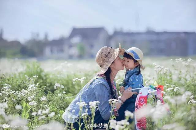 Bố Hạt Điều luôn nắm bắt trọn những khoảnh khắc hạnh phúc của 2 mẹ con.