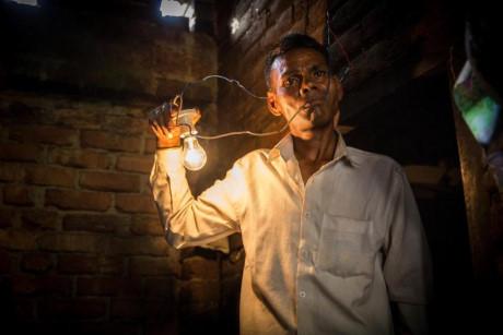 Naresh Kumar, 42 tuổi,khẳng định cơ thể của mình có khả năng cách điện, kể cả với dòng điện cao.