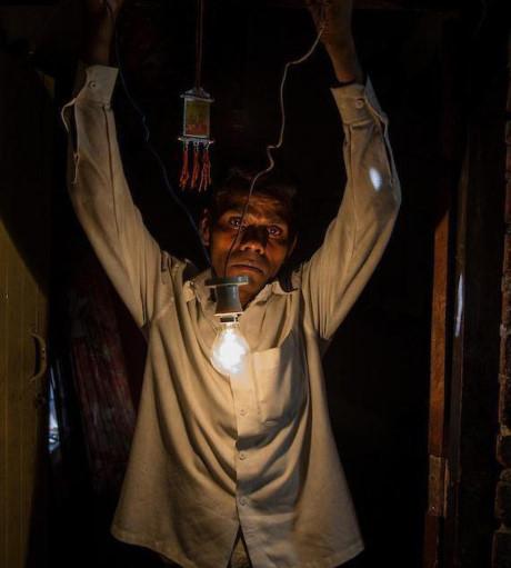 Kumar biết về tài năng của mình cách đây 6 năm khi vô tình đụng vào dây điện.