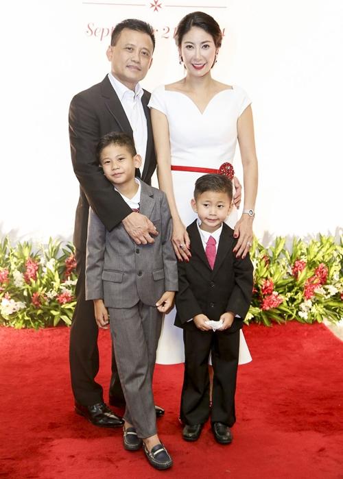 Hà Kiều Anh hạnh phúc bên chồng mới và 2 cậu con trai. Ảnh: internet.