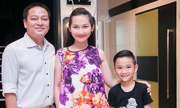 Kim Hiền hạnh phúc với gia đình mới và con trai riêng. Ảnh: internet.