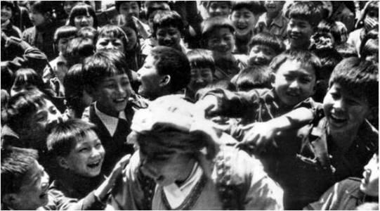 Trư Bát Giới trong vòng vây của lũ trẻ. Ảnh: internet.