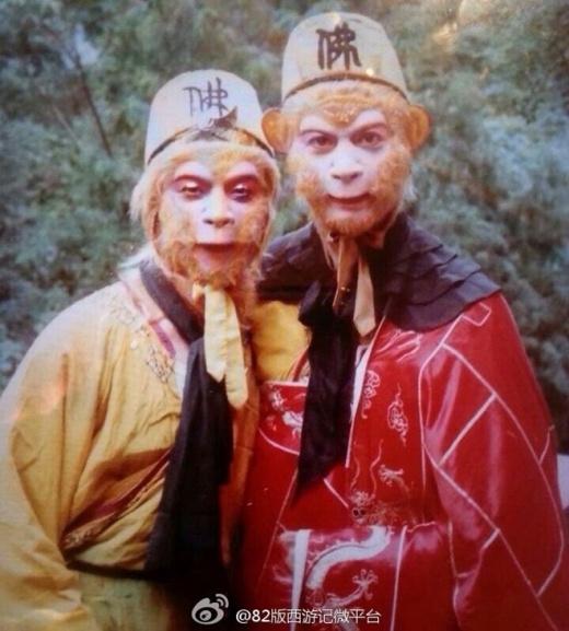 Bên trái là nhân vật đóng thế cho Tôn Ngộ Không, 2 người giống nhau như 2 giọt nước nên khó có thể phân biệt được thật giả. Ảnh: internet.