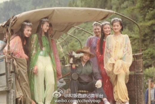Các cô Nhền Nhện Tinh cưỡi xe trở hàng đến địa điểm quay phim. Ảnh: internet.