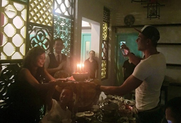 Vĩnh Thụy trong buổi sinh nhật cuả Hoàng Thùy Linh. Ảnh: internet.