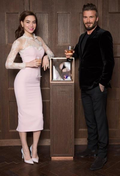 Hồ Ngọc Hà chụp ảnh thân mật với Beckham. Ảnh: internet.