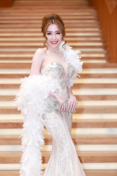 Chiếc váy đuôi cá cô mặc do NTK Phạm Đặng Anh Thư làm riêng cho cô. Ảnh: internet.
