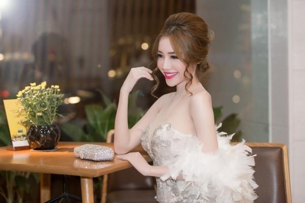 Elly Trần thu hút mọi sự chú ý của phóng viên, quan khách đến tham sự sự kiện. Ảnh: internet.