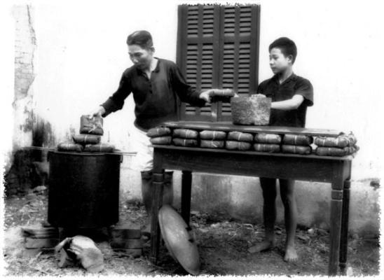 Cảnh gói bánh chưng của một gia đình thời đó. Ảnh: internet.