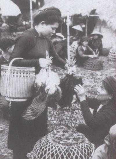 Một phụ nữ đang mua sắm gà để chuẩn bị tết cho gia đình. Ảnh: internet.