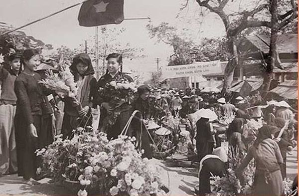Chợ hoa ngày ấy cũng luôn nhộn nhịp trong những dịp lễ cổ truyền. Ảnh: internet.