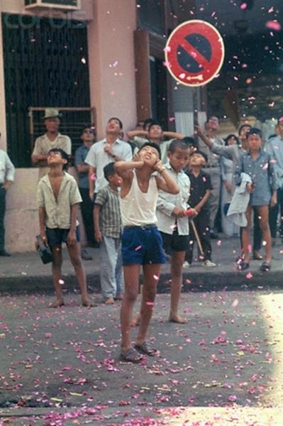 Màn bắn pháo hoa luôn thu hút được sự chú ý của đông đảo người lớn, nhất là lũ trẻ con thời đó. Ảnh: internet.