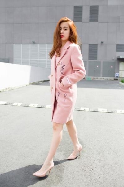 Đặc biệt, với gam màu hồng thạch anh đang làm mưa làm gió trên thị trường thời trang 2016 này, sẽ khiến cho bạn trông thật nhẹ nhàng và đáng yêu. Ảnh: internet.