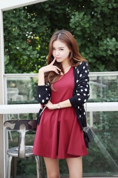 Nếu màu đỏ tươi có thể kén người mặc, thì những chiếc váy có tông màu đỏ trầm sẽ dễ mặc và kết hợp hơn nhiều. Ảnh: internet.