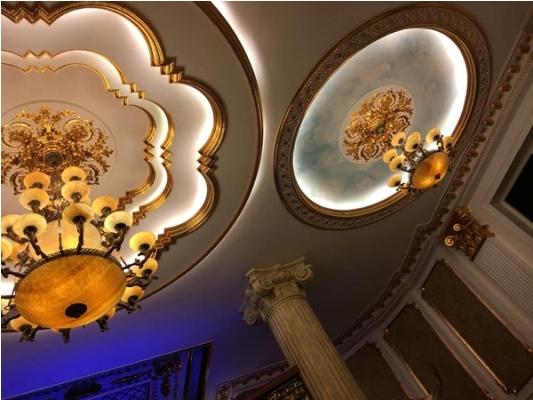 Trần nhà được treo dàn đèn khá lớn bằng thủy tinh trông rất sang trọng. Ảnh: facebook.