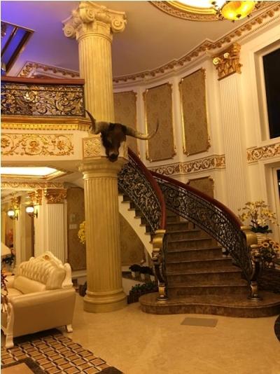 Trên các tay vịn cầu thang được trang trí bằng các hoa văn tinh xảo. Ảnh: facebook.