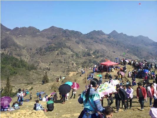 Lễ hội Gầu Tào ở Pha Long được tổ chức trên một bãi đất trống và rộng trên một quả đồi. Ảnh: Bảo Yến.