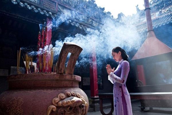 Khi đi lễ chùa nên thắp hương ở đỉnh bên ngoài chùa, hạn chế thắp hương bên trong. Ảnh: internet.