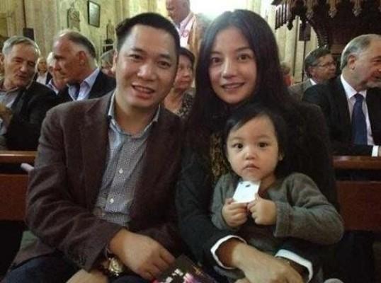 Triệu Vy cùng chồng và cô con gái của mình. Ảnh: internet.
