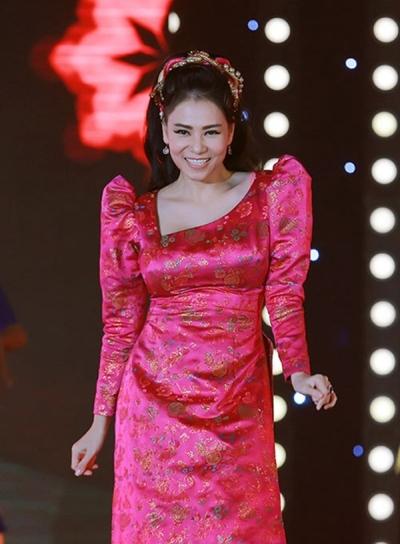 Với chiếc áo dài cách điệu hoa lòe loẹt, kết hợp với phần vai bồng quá cỡ này trông Thu Minh