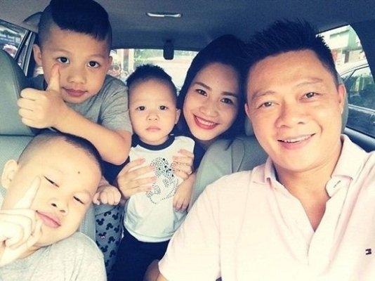 Được biết, vợ Quang Minh đang làm kinh doanh. Dù công việc rất bận rộn nhưng chị vẫn quan tâm chăm sóc gia đình.