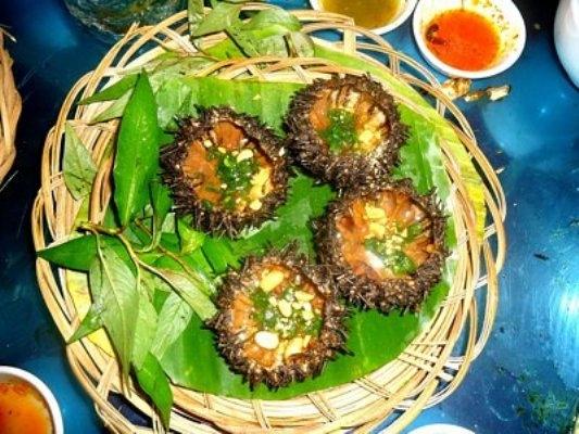 Cầu gai nướng mỡ hành là món ăn không thể không thưởng thức khi đến với Phú Quốc.