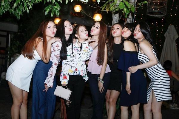 Các cô gái nhắng nhít chụp ảnh vui vẻ bên nhau.