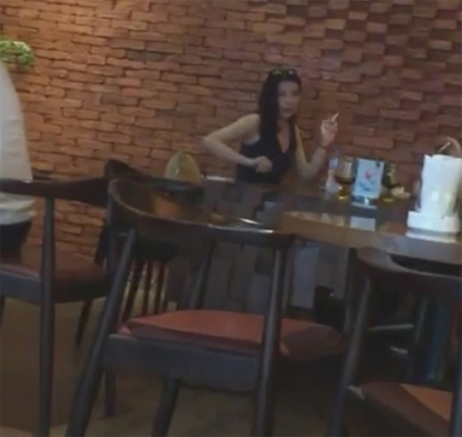 Mới đây là clip ghi lại cảnh cô hút thuốc lá trong một quán cafe khiến cộng đồng mạng dậy sóng.