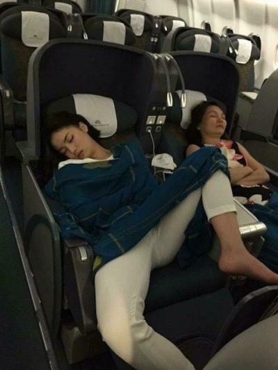 Bức ảnh cô ngủ trên máy bay với tư thế khiến nhiều người thất vọng.
