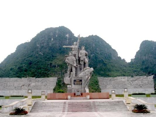 Tượng đài 10 nữ thanh niên xung phong tại Ngã ba Đồng Lộc (Hà Tĩnh).