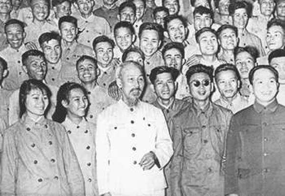 Chủ tịch Hồ Chí Minh chụp ảnh với đại biểu quân đội, thương binh và quân nhân phục vụ viên sau buổi gặp tại Phủ Chủ tịch ngày 29/1/1957.