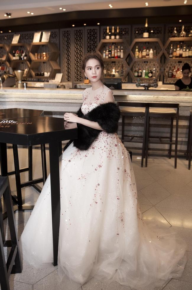 Chiếc váy lộng lẫy Ngọc Trinh mặc do NTK Đỗ Long thiết kế .