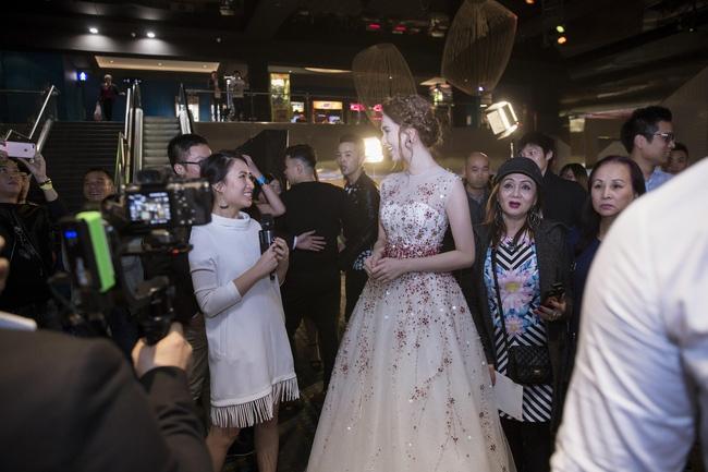 Ngọc Trinh trả lời phỏng vấn trên truyền hình.